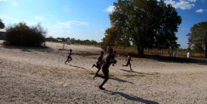苦しい……アフリカの子供達に追いかけられる。
