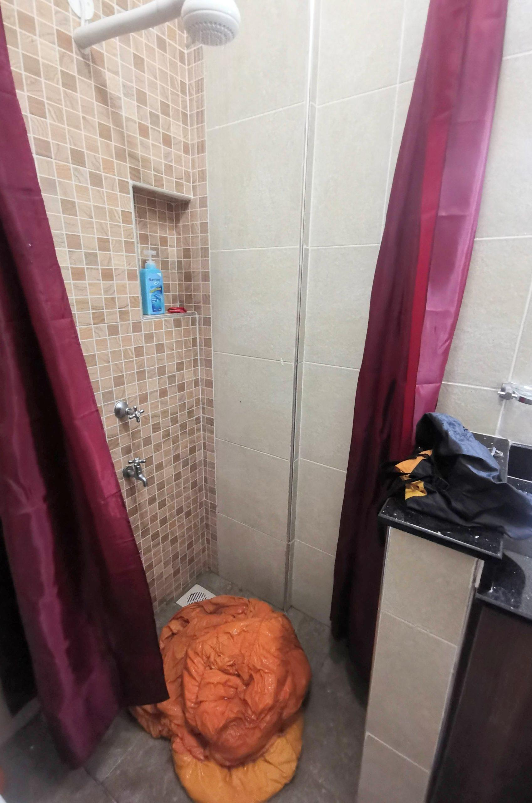 シャワーで寝袋を洗う