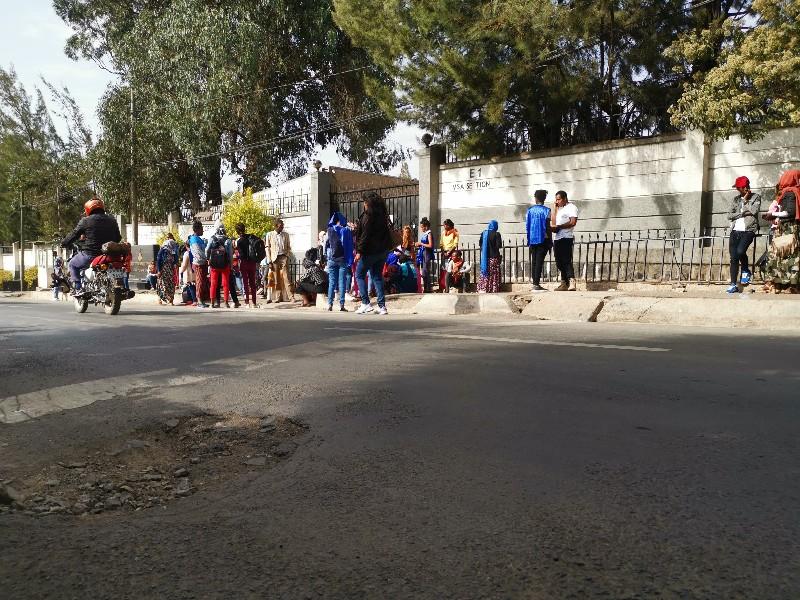 スーダン大使館前に集まる人々